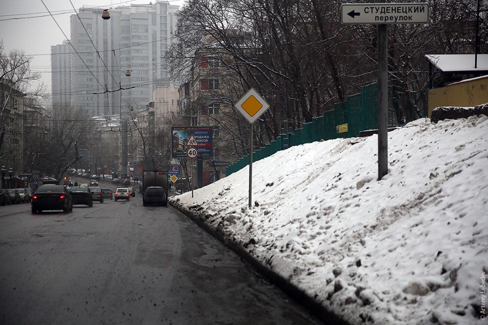 Российские дороги спроектированы так что вся грязь с газонов и насыпей стекает прямо на проезжую часть.