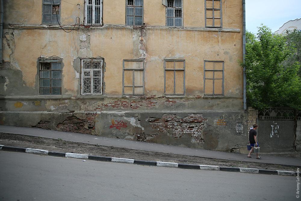 С композициями на окнах